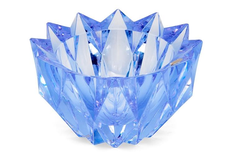 @@ Aimo Okkolin 1917-1982 A CRYSTAL VASE.  Water lily. Signed Aimo Okkolin Riihimäen Lasi Oy. Cut, lightblue/violet (neodymium) crystal. Diameter 20 cm.