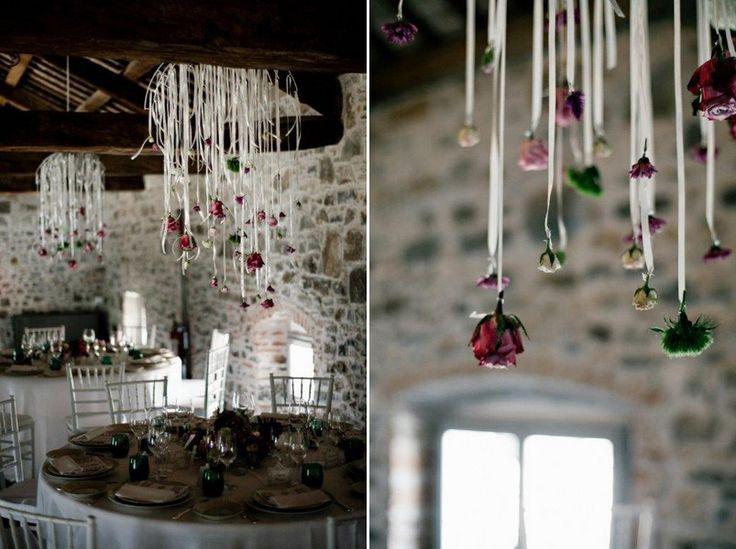 Hochzeitsdekoration mit Blumen von der Decke hängend  Tischdeko ...