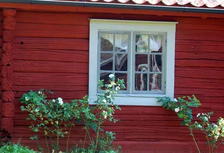 Kuskbostadens och bagarstugans fönster är nu färdiga och jag är så nöjd med resultatet. Givetvis är de målade i linoljefärg och jag har blanda olika mängd med grön umbra i vitt för att få fram en mörkare och en ljusare grå nyans.
