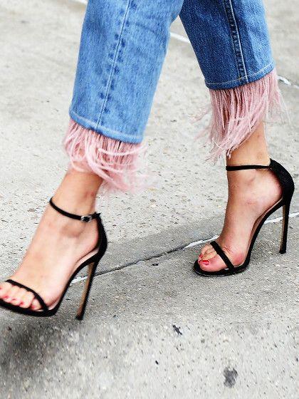 """Könnt ihr euch noch an die """"Sex and the City""""-Folge erinnern, als Carrie auf der Straße überfallen wurde und ihr die Schuhe geklaut wurden.Nun ja, wir sind natürlich 0,0kriminell veranlagt, aber wir können es durchaus nachvollziehen, dass man manche Schuheam liebsten direkt von Füßen der Trägerin wegmopsen möchte, weil sie eben so cool sind."""