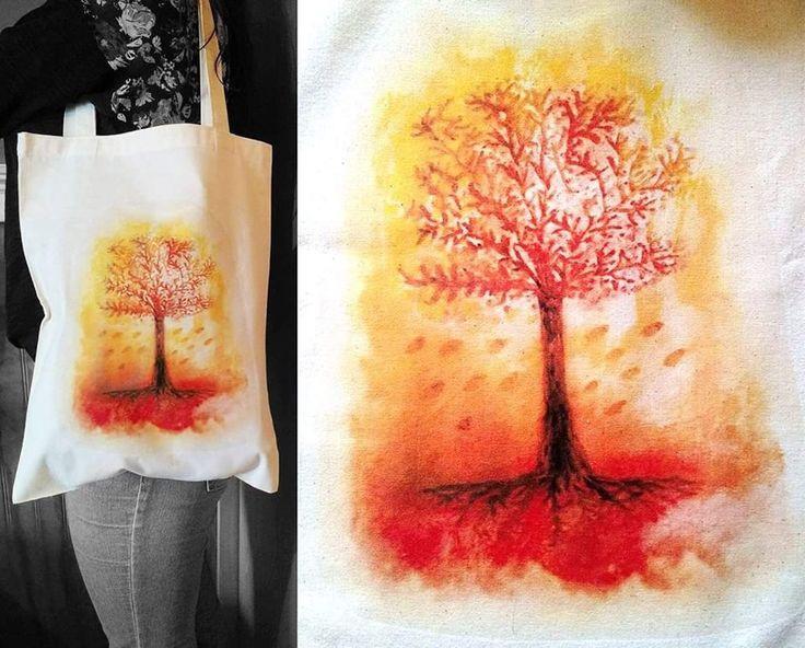 Bolsa ecológica de tela crea estampada con arbol otoñal al estilo acuarela, se vende a $ 5.000 pesos en Santiago de Chile