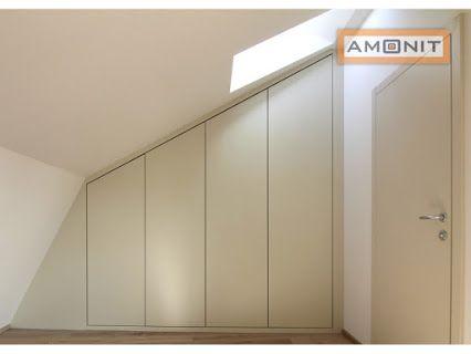 Vestavěná skříň s pantovými dveřmi jde vyrobit i do podkroví, kde jsou šikmé stěny.