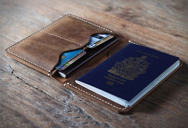 Etui pour passeport en cuir personnalisable - #Gadgets - Visit the website to see all photos http://www.arkko.fr/etui-passeport-cuir-personnalisable/