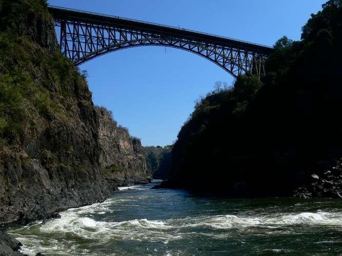 Ponte das Quedas Victória, Zimbábue e Zâmbia Situada sobre o rio Zambezi, que conecta o Zimbábue com a Zâmbia. A ponte das Quedas Victoria situa-se a mais de 110 metros do chão.
