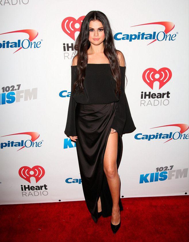 El color negro sigue causando furor en las alfombras rojas. En el Jingle Bell Ball 2015, Selena Gómez se encargó de robar las miradas al presentarse en un vestido negro con los hombros descubiertos y una maxi abertura en la pierna. #redcarpet #black #dress #fashion
