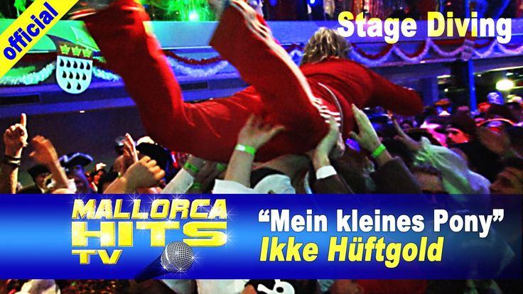 """Ikke Hüftgold - Mein kleines Pony (zusammen mit Mallorca Cowboys) und Stage Diving Einlage. Ikke, die wildeste Rampensau am Ballermann & im Bierkönig Live on Stage auf dem Kölner Partyboot 2014 mit """"Mein kleines Pony"""". Video vom Bierkönig Karneval Partyboot 2014 in Köln. Diese Party fand zum ersten mal am Karneval Freitag statt und war ein voller Erfolg. http://mallorcahitstv.de/2014/03/ikke-hueftgold-mein-kleines-pony-koeln/"""