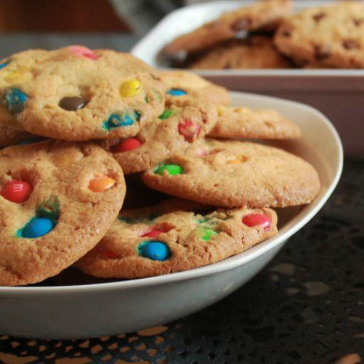 Basic koekjes met M&M's bruin. Ook zonder vanille extract prima te doen, kids vond het maken erg leuk!
