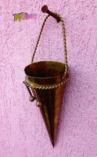 Szerintem szép!: Bronz fali virágtartó, tölcséres formában.