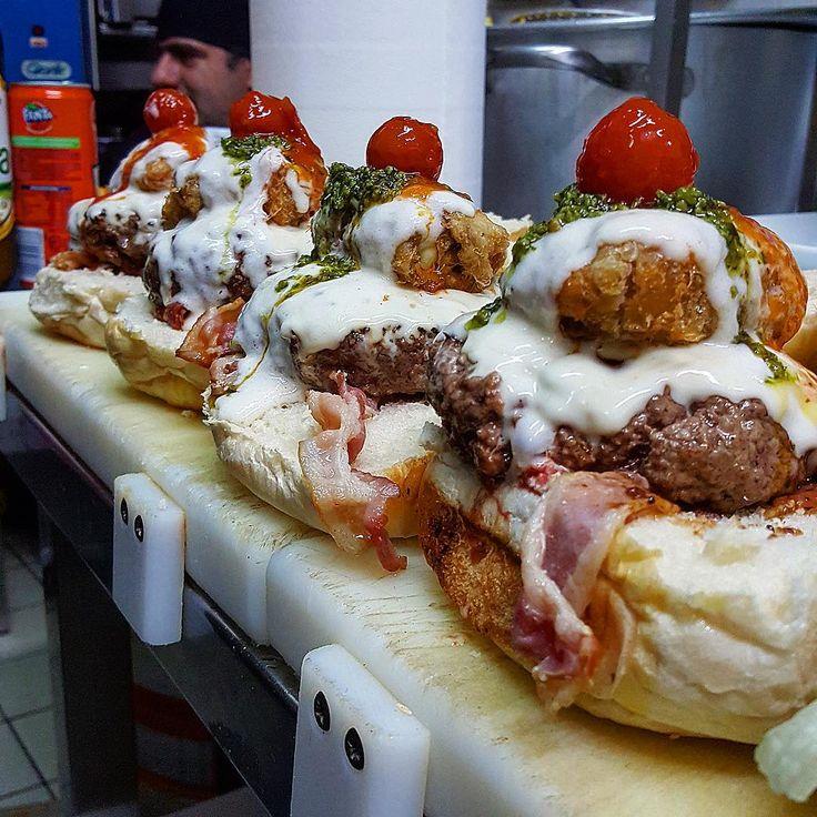 #26hamburgerdelicious  Podolica 200gr, fonduta di asiago, parmigiana di melanzane bianca, pesto, pomodorini e bacon croccante. Se lo hai provato.... Sai che è meglio di un orgasmo 😍👊🏻🔝 #vincenzofalcone