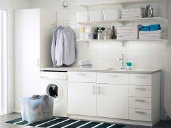 Lavanderia con pensili bianchi, mobili base con ante o cassetti e mobile alto con ripiani interni