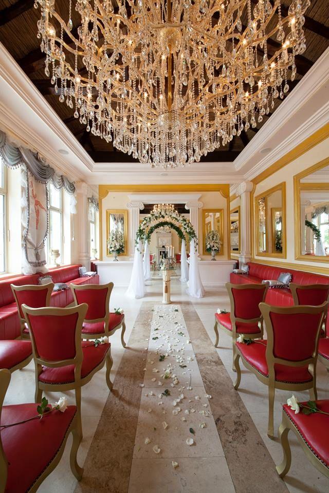 """Несравним лукс, блясък на свещи, позлата и кристални полилеи, интересни перспективи от множество огледала... Приказен начин да кажете """"Да"""" в един от ресторантите на Варна!"""