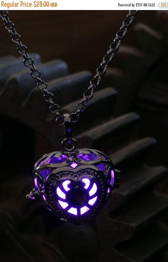 Ce magnifique médaillon pendentif féerique dispose dune lumière qui émet une pulsation lumineuse. Il est alimenté par des piles remplaçables .  Couleur de métal: Noir Longueur de la chaîne : 45 à 76 cm Longueur pendentif : 44 mm Médaillon diamètre: 22 mm Brille en continuellement pendant plus de 20 heures Piles incluses : 2 x modèles CR1220 Matériau du globe lumineux: coquille en plastique  Il suffit de tirer sur la languette à lintérieur du globe pour activer la lumière LED, désactiver en…