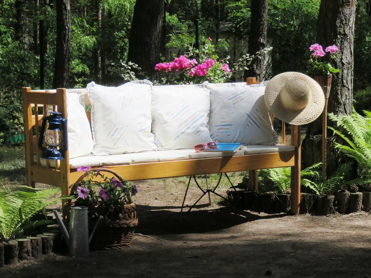<p>Harmonia w ogrodzie to podstawa. Zrelaksuj się w śród zieleni na meblach ogrodowych z drewna. Zobacz jak wykonać wygodną i efektowną ławkę ogrodową ze starego łóżka. Możesz położyć na niej swoje ulubione tkaniny i poduszki. Postępuj według kilku kroków.</p>