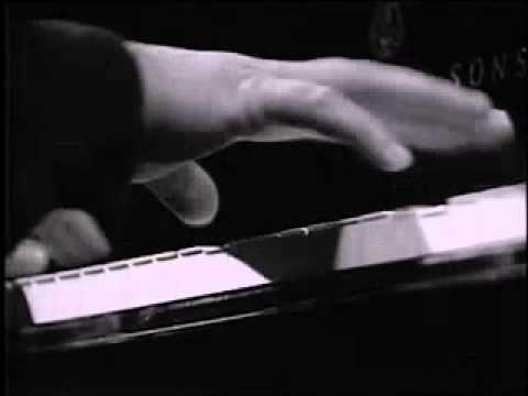 Catherine Collard.  Γαλλίδα πιανίστα γεννημένη το 1947, έφυγε μόλις σε ηλικία 46 ετών αφήνοντας όμως πίσω το δικό της μουσικό χρώμα.   Catherine Collard - Schumann Papillons - YouTube