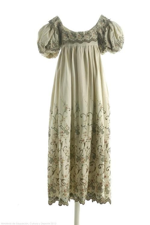 A dress for Sarah, heroine of The Sum of All Kisses by Julia Quinn.  1820  Museo del Traje