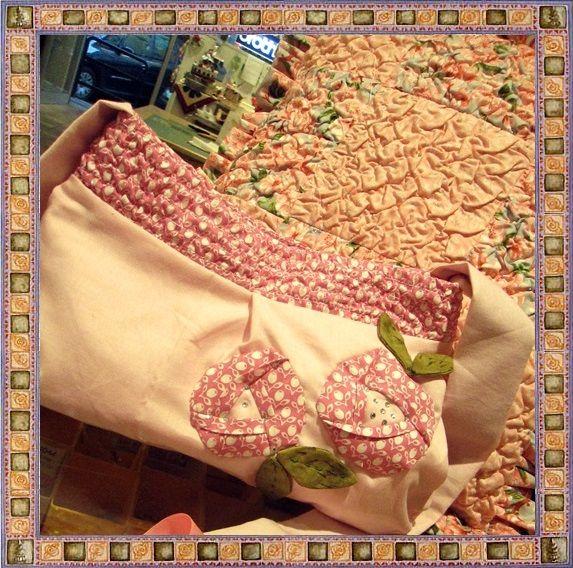 Borsetta con inserto tessuto goffrato e fiori giapponesi. E' uno dei miei corsi di cucito creativo. Se vuoi partecipare email : kreativafilomania@libero.it