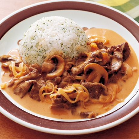 レタスクラブの簡単料理レシピ 煮込み時間は短くてOK「ビーフストロガノフ」のレシピです。