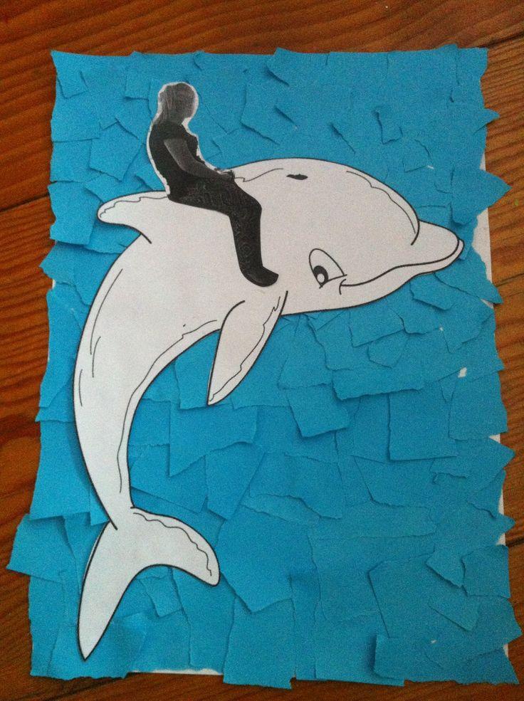 Maak een foto van de kinderen dat ze op een bok zitten, uitprinten en knippen. En plak die op de dolfijn. De dolfijn kan je ook eerst laten schilderen of met wasco inkleuren. Leuke achtergrond laten maken en klaar.