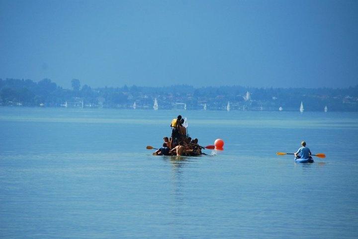 Floßfahrt auf dem #Chiemsee - #float #wettbewerb #wettkampf #Floss #Flossbau #team #teambuilding
