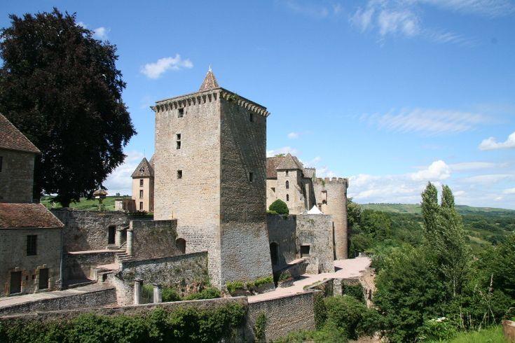 """Le château de Couches, ou """"château Marguerite de Bourgogne"""", date du XIIIe siècle. La reine Marguerite de Bourgogne, épouse de Louis X le Hutin, y passa en effet une partie de son enfance. Répudiée pour adultère en 1314 lors de l'affaire de la Tour de Nesle, Marguerite est emprisonnée à  Château-Gaillard, mais la légende dit qu'elle aurait été recueillie en secret au château de Couches."""