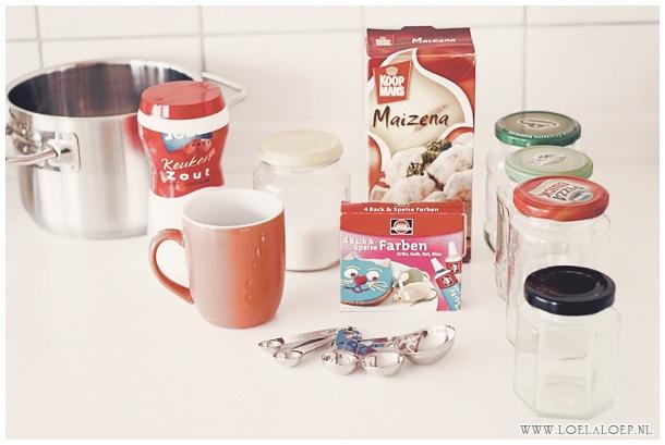 DIY Kids: Zelfgemaakte 3D vingerverf /// - 2 Koppen water  - 1/2 Kop Maizena  - 3 Eetlepels suiker  - 1/2 Eetlepel zout  - Optioneel: glycerine, voor meer glanzende verf  - Levensmiddelverf (kleurstof) naar keuze  Bereiding: Mix water, Maizena, suiker en zout in pan. Verhit onder constant roeren tot smeuïge massa, net behangpap begint (!). Haal de pan dus van het vuur vóórdat het te dik is anders krijg je brokjes. Laat massa afkoelen en verdeel over afsluitbare potjes. Voeg kleurstof toe.