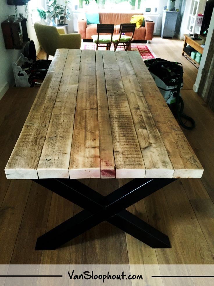 Oude balken tafel met stalen X-frame. De balken zijn afkomstig uit oude fabrieken in Frankrijk. #sloophout #oudebalken #frankrijk #fabrieken # oud #staal #frame