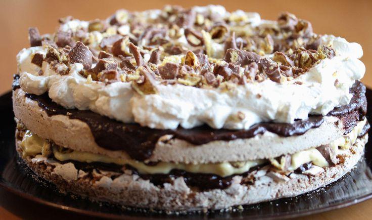 Dette er blant de aller mest populære kakene jeg vet om!    Det er i grunnen ikke så rart at denne kaken alltid slår an, for den er usedvanlig god. Kaken består av to marengsbunner som får søt-salt smak av knuste Ritz-kjeks. Marengsbunnene dekkes med en fantastisk god sjokoladekrem før de legges sammen med vaniljekrem og hakket Smash mellom. På toppen dekkes kaken med pisket krem og enda mer hakket Smash.  Da skjønner man at denne kaken må bli SMASHING GOOD!    Tips: I stedet for å steke…