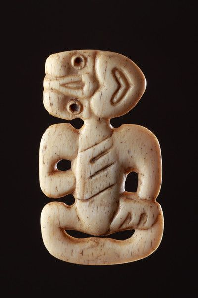 early European visitors saw men wearing the hei-tiki and it is probable that the squat shape of the figure was influenced by the hardness of the material and that it was later likened to an embryo and endowed with magical powers.