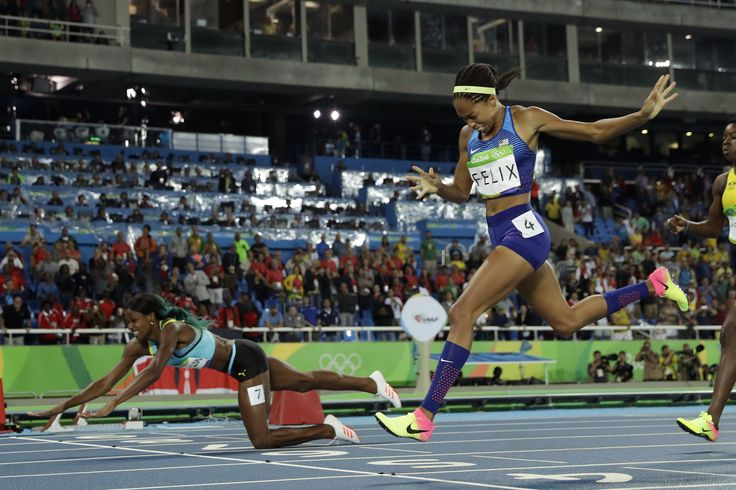 Shaunae Miller dives to gold over Allyson Felix in women's 400 meters