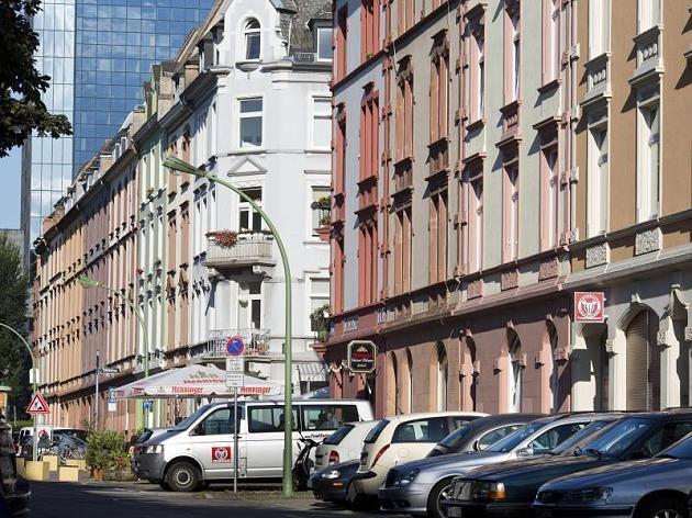 """Sie kaufen tausende Wohnungen: Womöglich ist ihr nächster Vermieter ein Chinese., AS-TIP: """"Man sollte sein Kapital in Immobilien anlegen, die laufen nicht fort"""" Quelle focus-DE: http://www.focus.de/immobilien/mieten/chinesen-kaufen-tausende-wohnungen-vor-allem-frankfurt-ist-beliebt_id_7261318.html"""