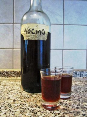 nocino (liquore di noci) fatto in casa