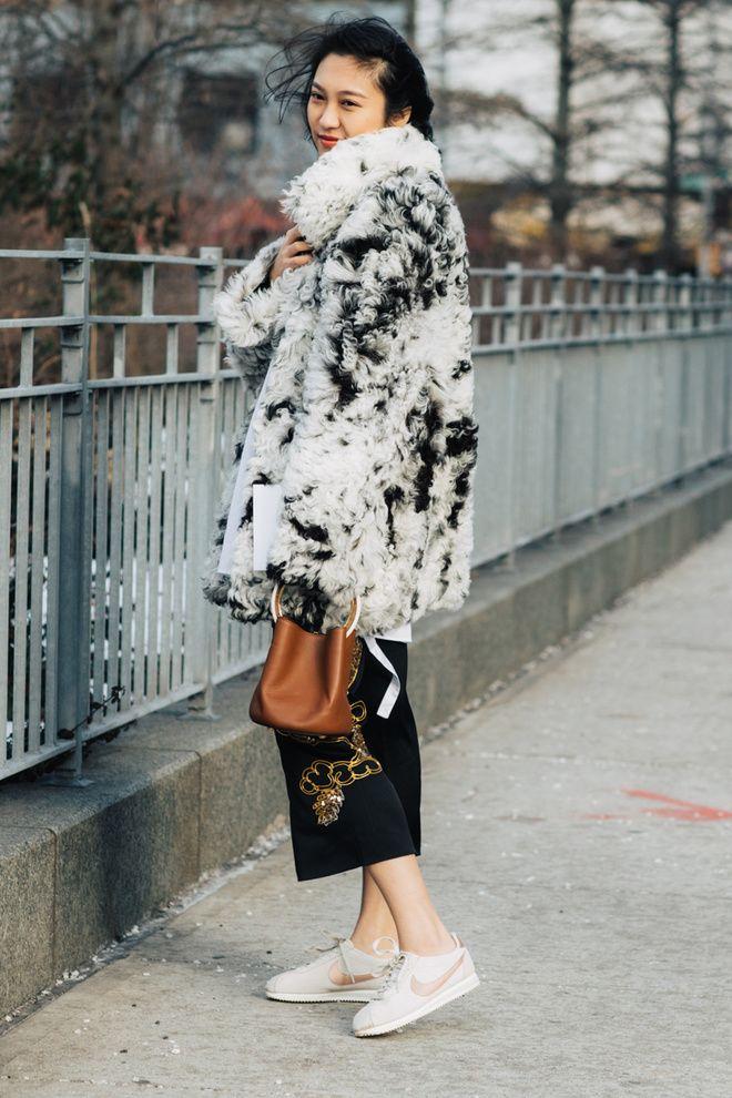 Street style à la Fashion Week automne-hiver 2017-2018 de New York manteau fourrure nike cortez