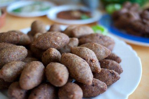 Kibbeh: Kibbeh is een gerecht gemaakt van bulgur, uien en vlees: rundvlees, lamsvlees, geitenvlees of kamelenvlees. Het gerecht ziet er een beetje uit als een kroket. Dit gerecht is het nationale gerecht van Libanon en enorm populair. Er zijn redelijk wat varianten op Kibbeh, zoals in de vorm van pasteitjes.