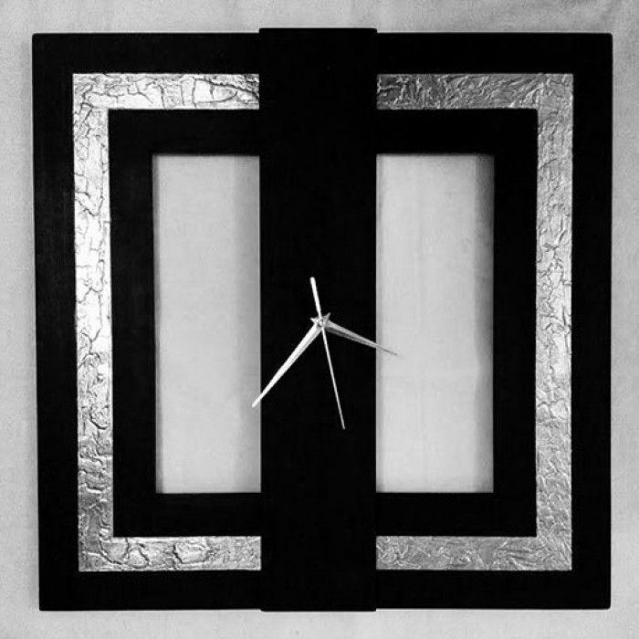 Χειροποίητο διακοσμητικό ρολόι τοίχου (minimal) φτιαγμένο με ακρυλικό μαύρο χρώμα, φύλλο ασημί και.πάστα διαμόρφωσης που δημιουργεί ανάγλυφη επιφάνεια στο εξωτερικό του τετραγώνου με εντυπωσιακό design.  Έχει περαστεί με βερνίκι σατινέ για την προστασία και όμορφο φινίρισμα.  Oι δείκτες του ρολογιού είναι μεταλλικοί και ο μηχανισμός του αθόρυβος.  Διαστάσεις: 60/60cm και 80/80cm
