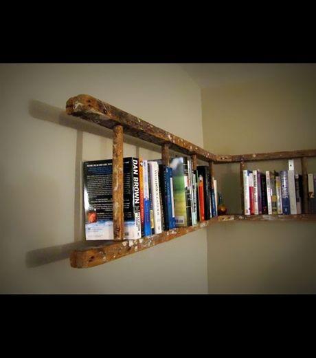 Recycler ses vieux objets : une vieille échelle en bois servant aussi de bibliothèque