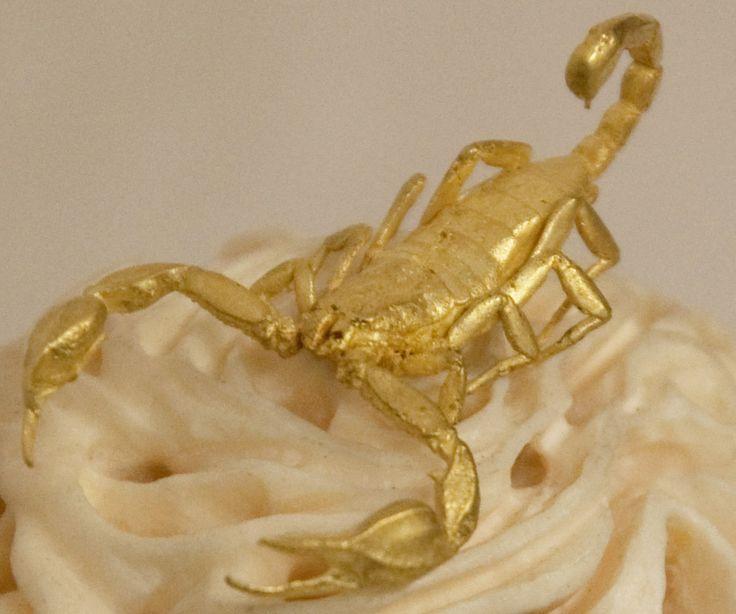 scorpione in oro su boccia d'avorio intagliato
