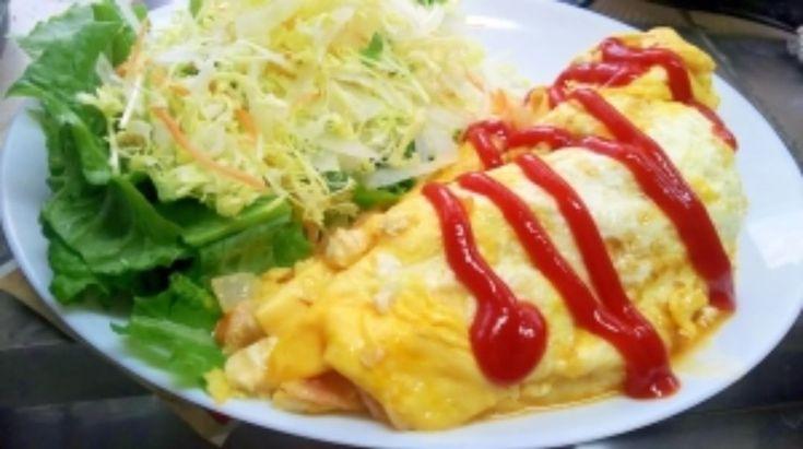 「. 「豆腐でつくる、チーズオムライス風」 . . <材 料(1人分)> ・卵2個 玉ねぎ(1/6個) ・スライスベーコン(1枚) ・人参(2㎝) ・ピザ用チーズ(軽くひとつかみ) ・塩(少々)…」