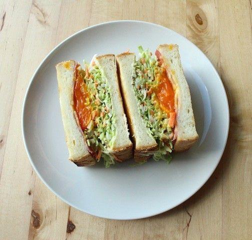 食パンに、ベーコン、スライスチーズ、冷凍卵の黄身をのせ、トースターへ。