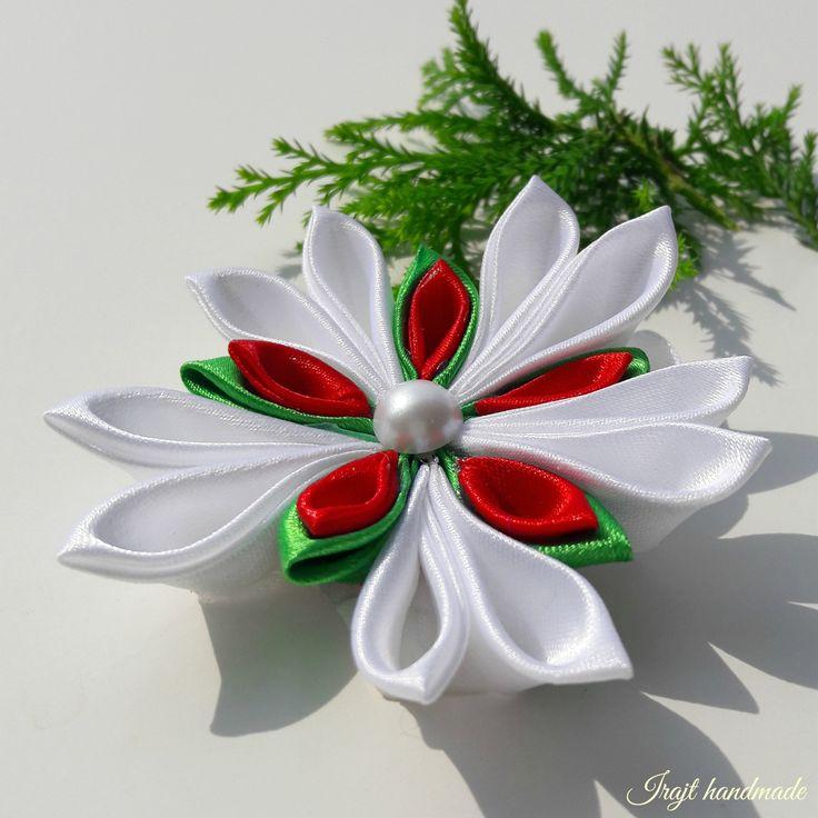 V+tradiční+košilce+Sněhová+vločka+vyrobená+technikou+kanzashi+ze+saténových+stuh.+Tato+vločka+je+kombinací+bílé,červené,zelené+Dozdobena+je+dekorativní+bílou+půl+perličkou.Průměr+vločky+je+9cm.+Cena+za+1kus!+>
