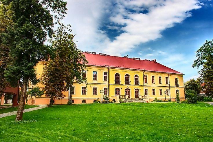 Pałac w Lewinie Brzeskim.Podobno w podziemiach ukryty jest skarb,