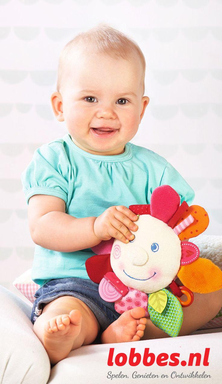 De Lentebloem heeft veel leuke blaadjes. Ze fascineert baby's met haar wondermooie kleuren en verschillende stoffen om aan te voelen. Boeiende rammel-, piep- en knispereffecten en een bijtstuk zorgen voor een goed humeur en nog meer afwisseling bij het spelen.