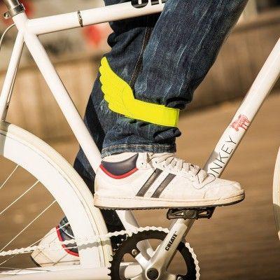 Le petit accessoire insolite pour protéger votre pantalon en vélo et vous faire voire par les voitures : le Flyrider ! Une jolie lanière réfléchissante velcro à attacher à vos chevilles. Jolie et insolite puisque tel le dieu romain Mercure (pour les latinistes) ou le dieu grec Hermès (pour les hellénistes), vous aurez des ailes au niveau des chevilles ! en stock ici >  ow.ly/EhEO2