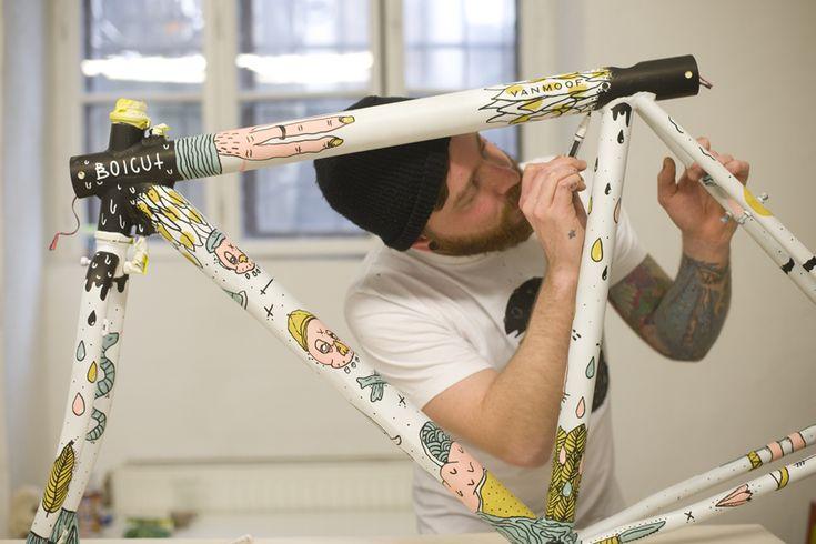 """Boicut es un ilustrador de Viena que disfruta haciendo su trabajo. Le gusta tener completa libertad artística a la hora de realizar sus creaciones, además de poder experimentar con cosas nuevas. Le gusta conocer gente y lugares nuevos, le encanta montar en bici y jugar al """"futbolín"""" (fútbol de mesa), y suele personalizar sus objetos para darles un toque personal."""