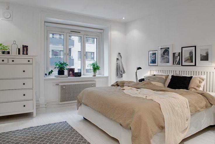 Mysigt sovrum med vitmålat golv & ljusa väggar