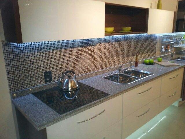mueble de cocina blanco y nogal habano www.remodelamostucocina.com