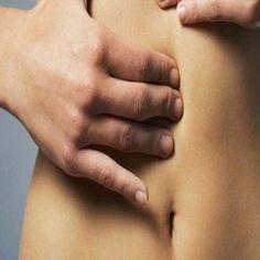Frecuentemente asociamos la hinchazón de la zona abdominal con haber comido demasiado. Sin embargo, las causas también pueden ser la acumulación de líquidos o de gases. La inflamación también puede estar vinculada con problemas digestivos tales como la gastritis o el estreñimiento. Sigue estos consejos para sentirte mejor y tener la panza más plana.    Evita la sal  Al ingerir más sal de la necesaria, el cuerpo retiene fluidos. El resultado es una silueta redondeada. Puedes reemplazarla…