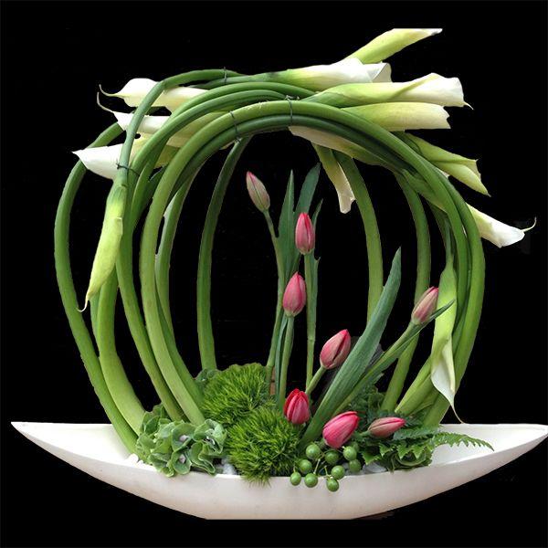 Nos encantan las estructuras! aqui te dejamos una muestra de una circular hecha con alcatraces #alcatraces #arreglos #flores @AA arte floral, www.apartefloral.com