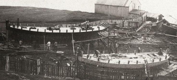 Bildet viser Liaaens verft omkring 1890 hvor to fartøy er under bygging. Begge har dekk og garnering, mens kun de øverste hudplankene er lagt på.