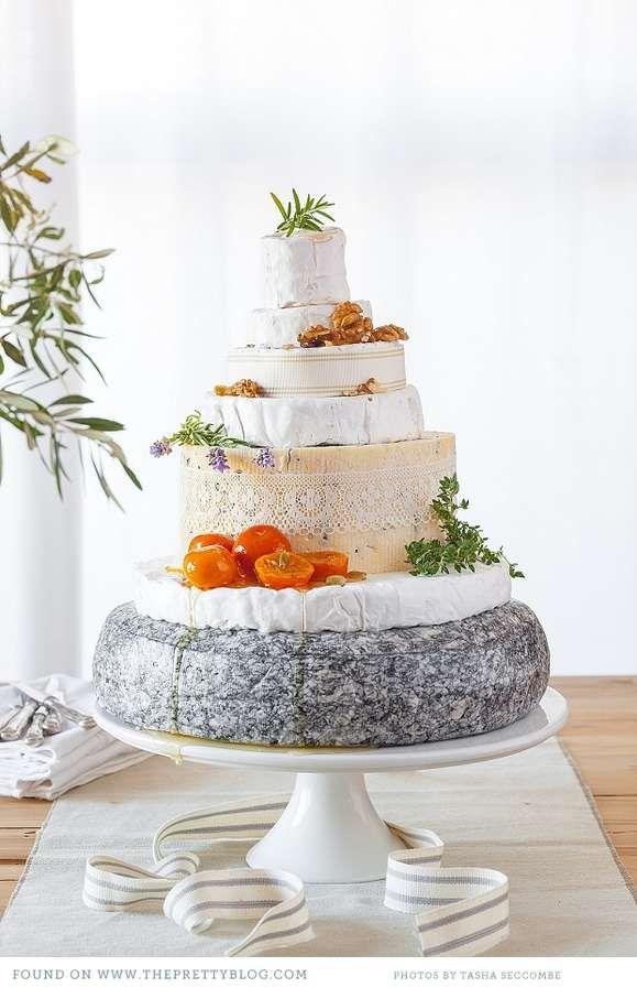 Una #torta di #formaggio : bella #idea per #banchetto di #nozze certo serve un #vino adatto, di grande spessore e #sapore www.nozzedicana.com/