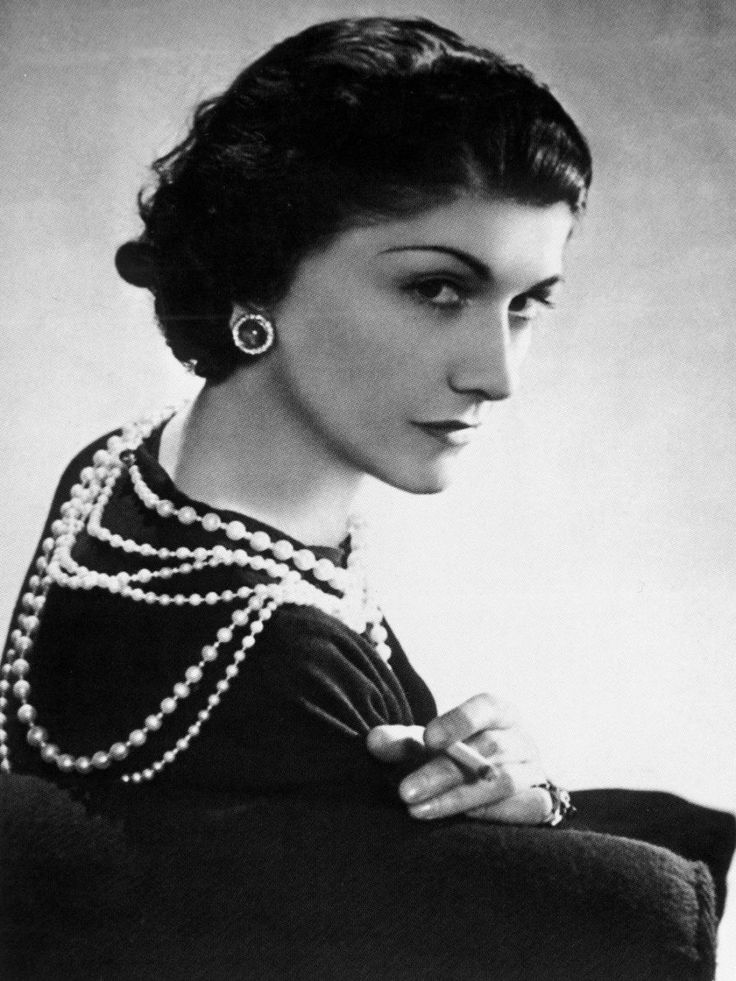 """Coco Chanel 1) """"Uma mulher precisa de apenas duas coisas na vida: um vestido preto e um homem que a ame.""""     ___________2) """"Vista-se mal e notarão o vestido. Vista-se bem e notarão a mulher."""" __________ 3) """"Não é a aparência, é a essência. Não é o dinheiro, é a educação. Não é a roupa, é a classe.""""   _____________   end) é isso!"""